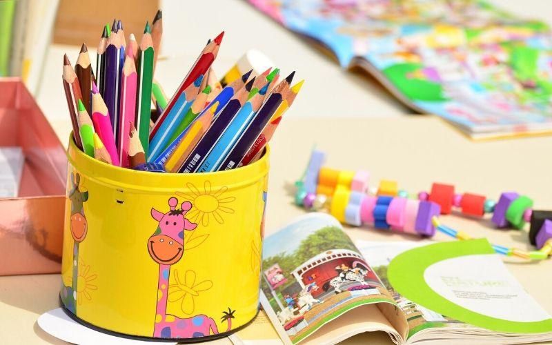 Farveblyanter og legetøj til børnehave børn i alderen 3-5 år